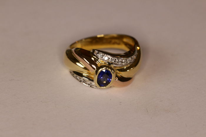 Gold ring 18 kt/7.70 g/size 53/sapphire and .14 ct brilliant-cut diamonds