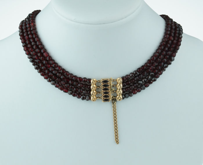 4-strand garnet necklace with elegant 14 kt gold clasp – regional item of jewellery