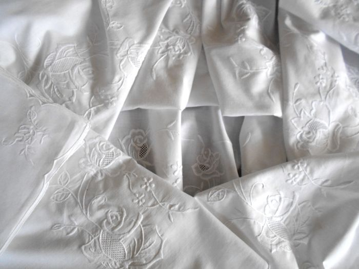 Gorgeous hand embroidered tablecloth for 12 people with pure cotton napkins