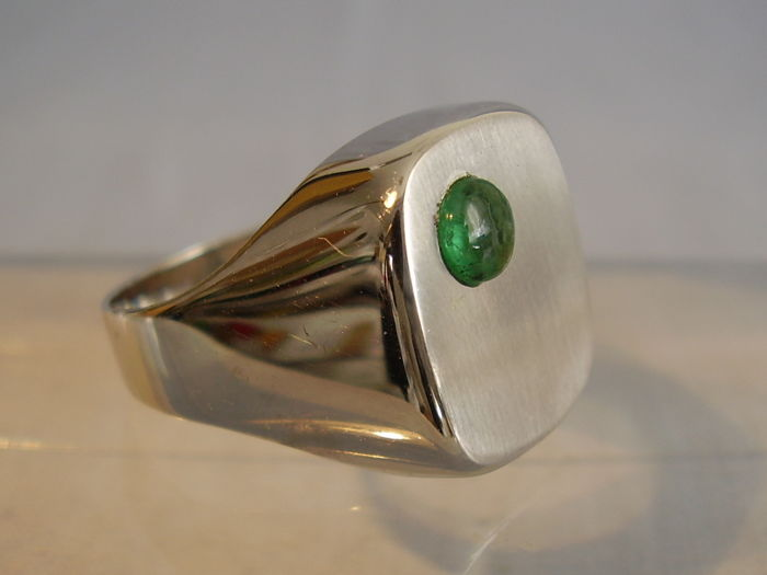 Signed white gold mens' ring with natural emerald cabochon of 0.40 ct, for L. C. Köhler, Schwäbisch Gmünd / Germany around 1945