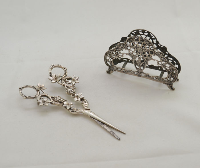 lot - Scissors & napkin holder - 800 silver - grapes, branches and leaves - Germany - ca. 1910-1930's