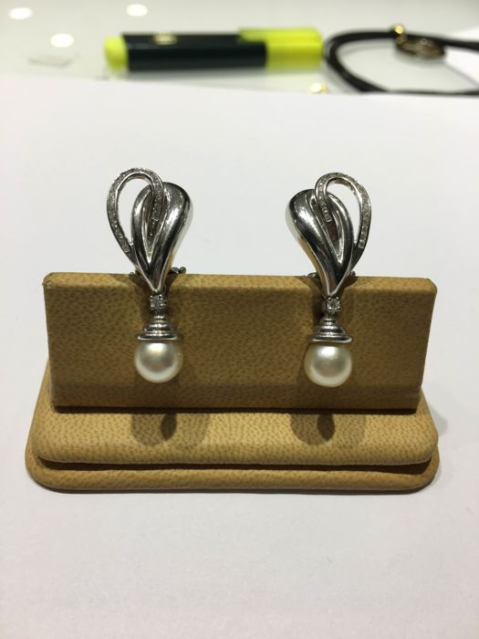 Gold earrings (18 kt) with diamonds and pearls