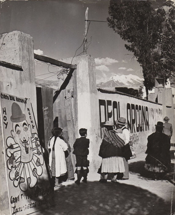 Fenno Jacobs (1904-1974) - A travelling circus in La Paz / Bolivian women
