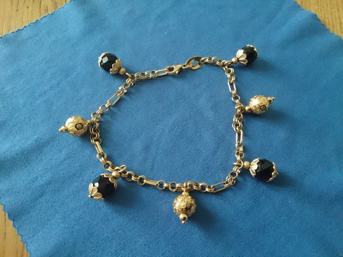 Gold bracelet (18 kt) with charms in garnet and gold, size 20 cm