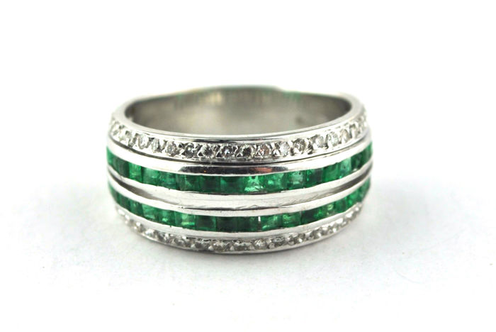 Exclusive Ring with Square cut Emeralds (tot. +/-1.50ct) & Diamonds (tot. +/-0.30ct) set on 18k White Gold - E.U Size 52 *Re-sizable