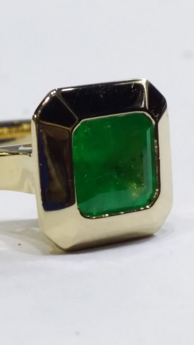 18 kt Yellow Gold Ring with Emerald; Size 56/16