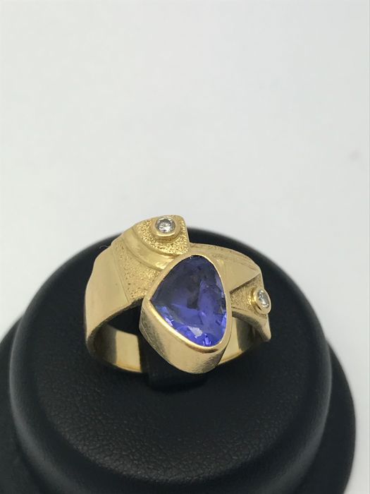 Wide sapphire diamond ring made of 18 KT / 750 yellow gold with geometrical designs