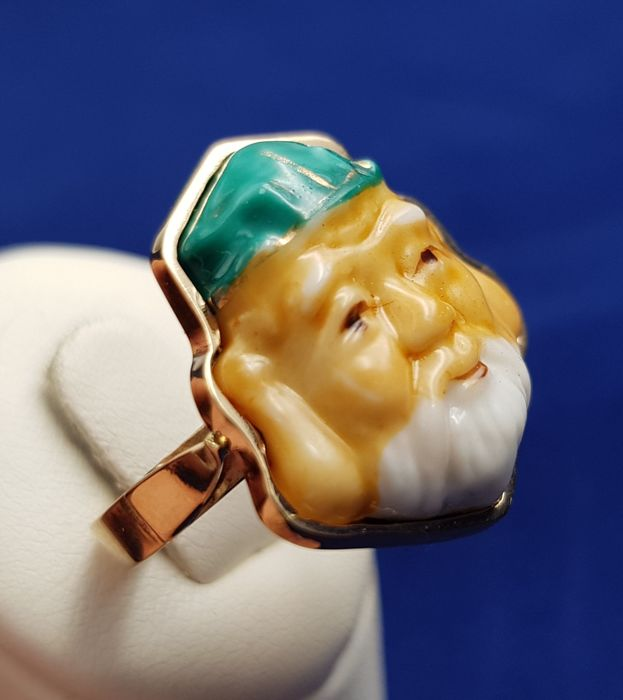 Original good luck ring in 18 kt yellow gold with a Chinese face in antique Chinese porcelain Low reserve