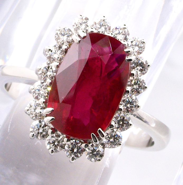 Ring with ruby/diamonds, laboratory certificate, unheated, 18 kt gold, 3.06 ct