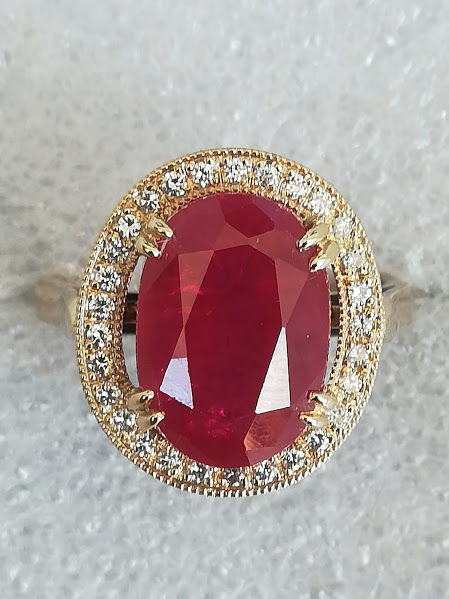 Ring in 18 kt white gold with 9.55 ct ruby and diamonds. No reserve price