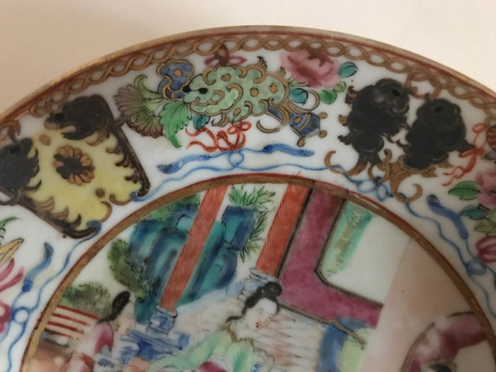 Porcelain soup dish from Canton, decorated with figures, China 19th century.