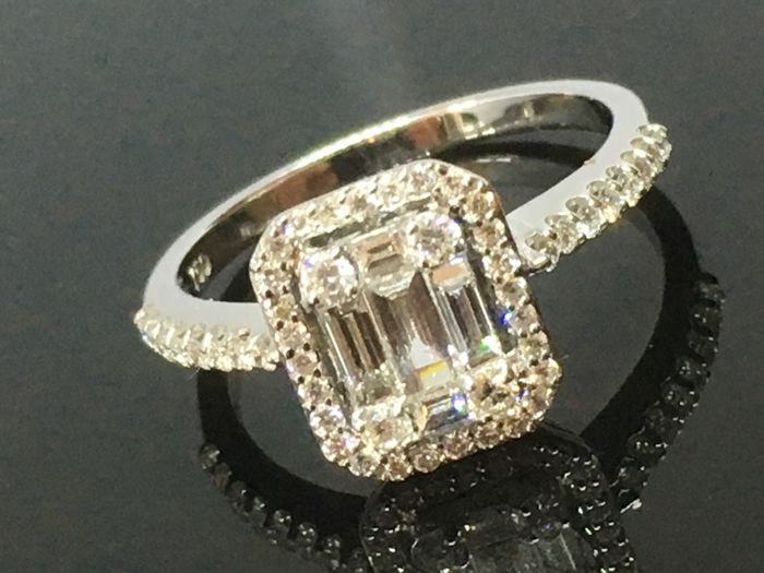 18ct White Gold Diamond Ring SI. Central stone 0.63ct, other Diamonds (0.63ct), size 53  ***FREE EU SHIPPING***