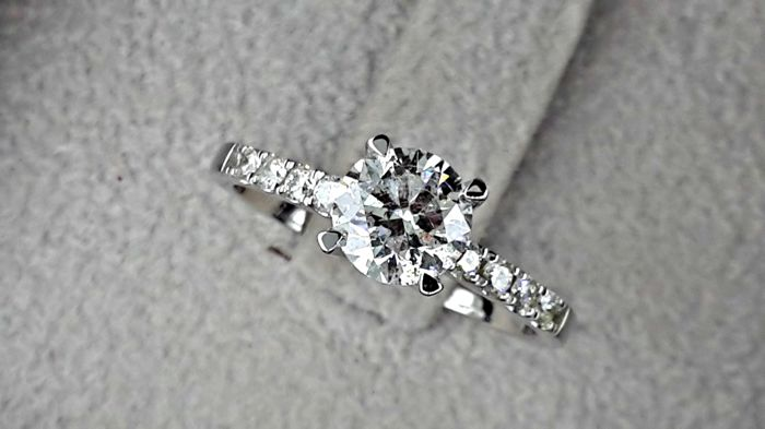 1.22 ct D/SI1 Round Brilliant Diamond Solitaire with Accents Ring in 14 kt solid white gold *** NO RESERVE  PRICE ***