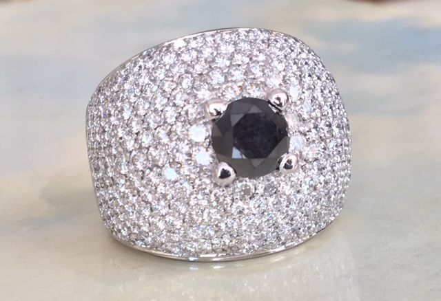 Magnificent 18 kt white gold ring with diamonds set in a pave setting, approx. 7.29 ct, with a black, brilliant cut diamond in the centre, 1.84 ct - ring size 17.50–17.75 mm