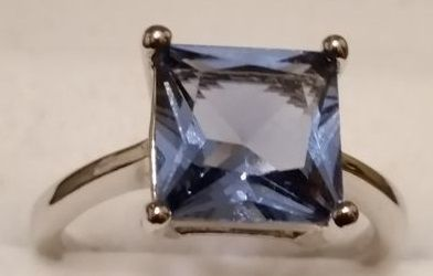 Fine jewellery in silver. Ring with large Tanzanite, set between four solid prongs. Origin: Tanzania ** NO Reserve Price **