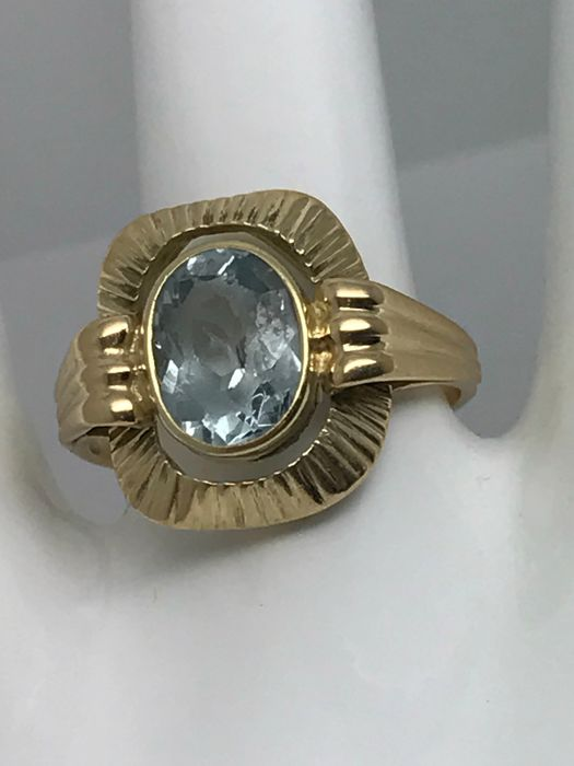 Aquamarine solitaire ring, 2 ct oval cut with 14 kt / 585 yellow gold band