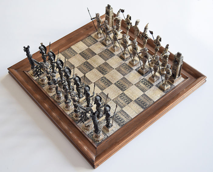 Chess set in solid silver (915 millesimal fineness), Egyptians vs. Africans - Signed URA, circa 1974