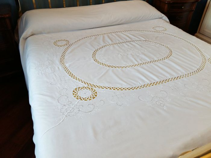 Beautiful bedspread with cotton fabric and real and lace inlays Size: 230 x 270 cm