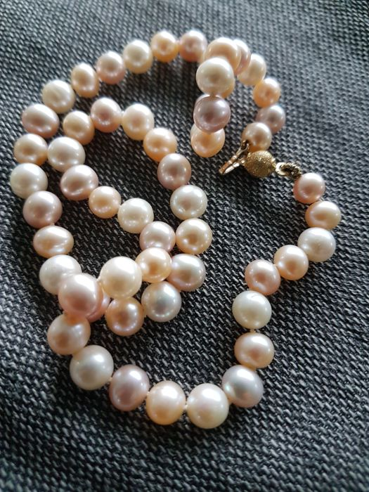 Necklace with freshwater cultured pearls from China, with gold clasp