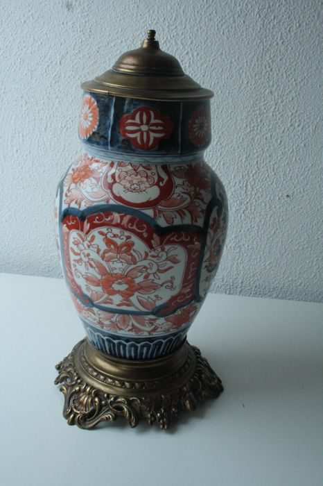 Large Imari vase/jar with a copper lid and foot - Japan - 19th century.
