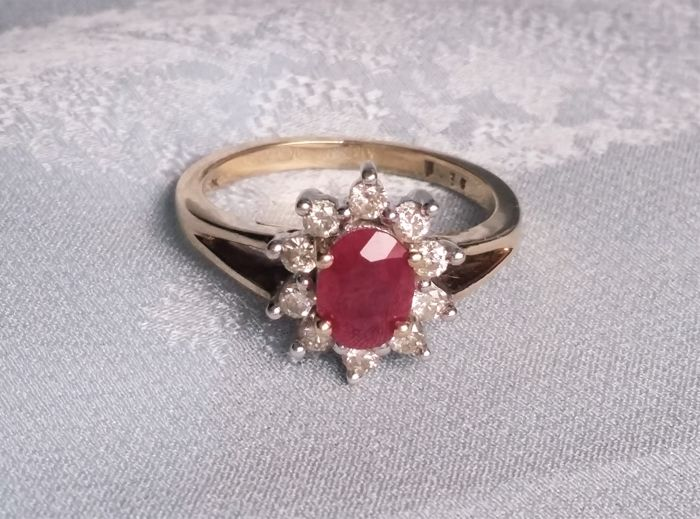 Oval-shape ruby and diamonds cluster ring