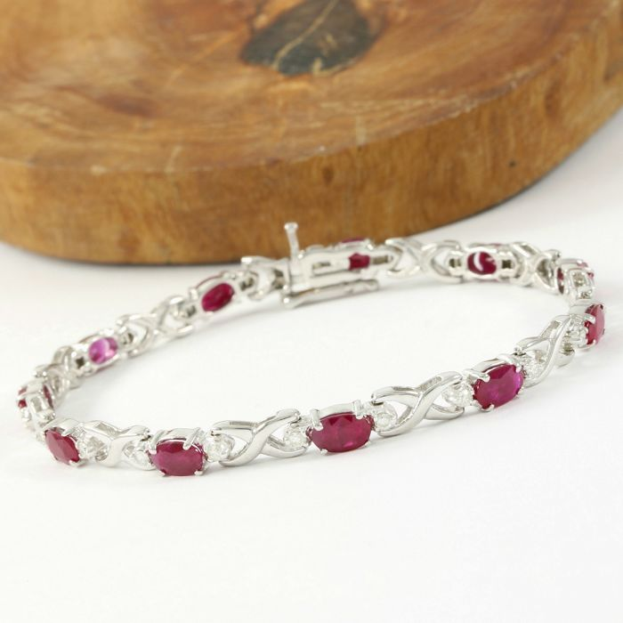 14kt White Gold Bracelet with 12.50 ct Pigeon Blood Ruby and 0.50 ct H-I, VS2-SI1 Diamond - 18.5 cm