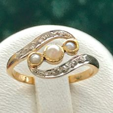 old 18 kt gold ring set with pearl and diamonds ** no reserve price **