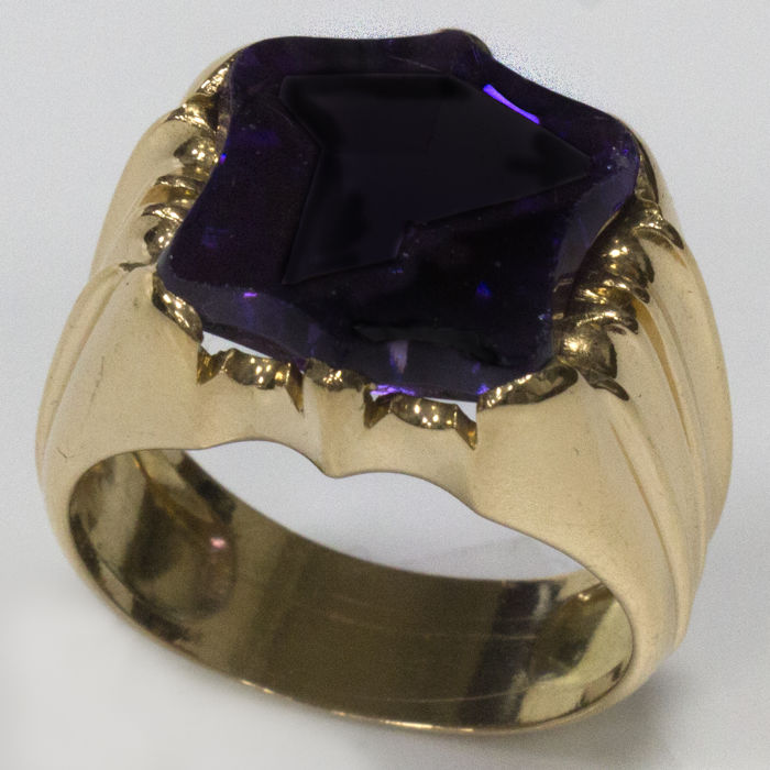 18 kt - Signet ring in yellow gold with amethyst in the shape of a shield - Size: 18.7 mm, 19/59 (EU) - Weight: 12.5 g