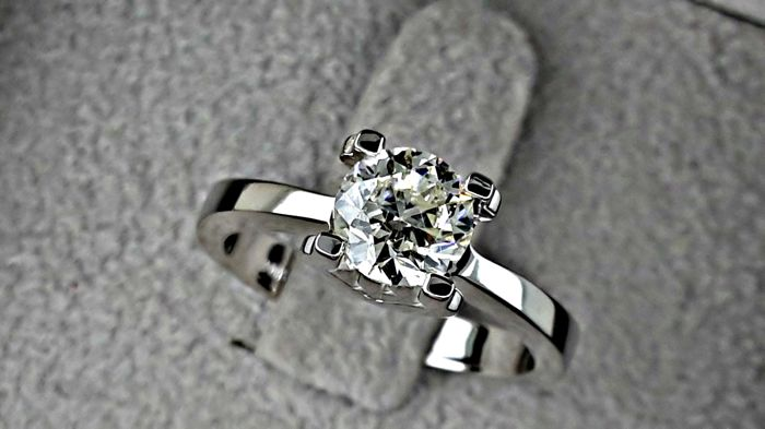 1.01 ct VS2  round diamond ring set into 18 kt solid white gold  - size 6.5