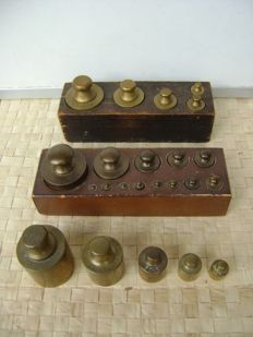 Collection of 23 weights, partly in wood block