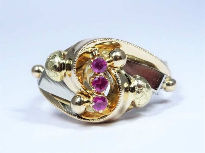 18 kt gold ring of 4,6g set with 3 synthetic rubies for a total weight of 0,12ct - 16,8/53
