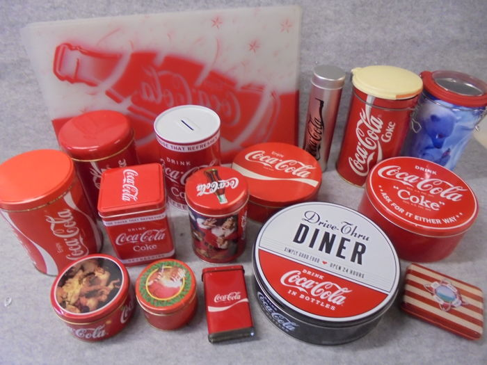 19 Coca Cola collector's items of metal and plastic