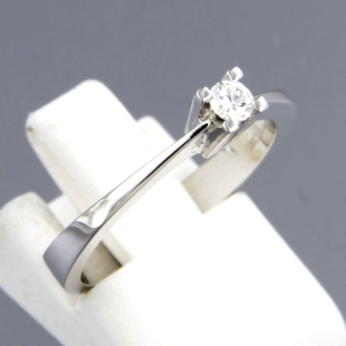 14 kt white gold solitaire ring set with 0.10 carat brilliant cut diamond, ring size 16.5 (52)