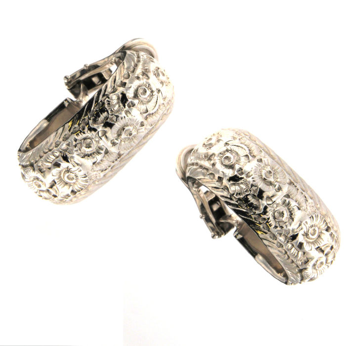 18 kt white gold chiselled earrings