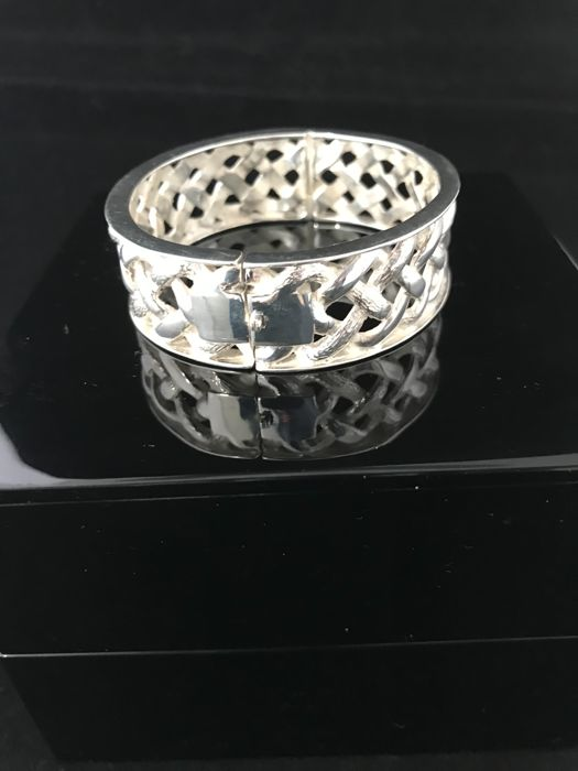 Very beautiful silver handmade bracelet from Bali. Packed in luxurious wooden box.