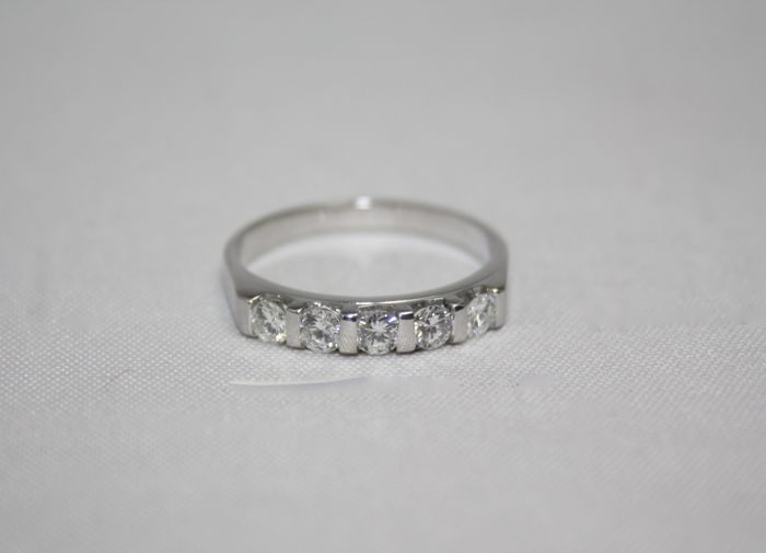 Rivière ring in 18 kt white gold with 5 diamonds totalling 0.45 ct, size 54