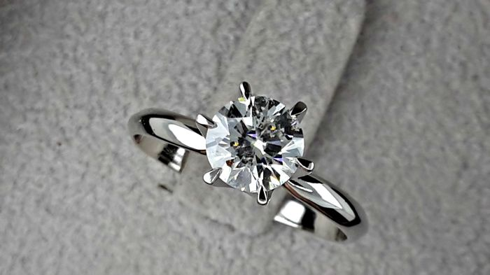 1.06 ct VS1-VS2  round solitaire diamond ring set into 14 kt solid white gold - size 8