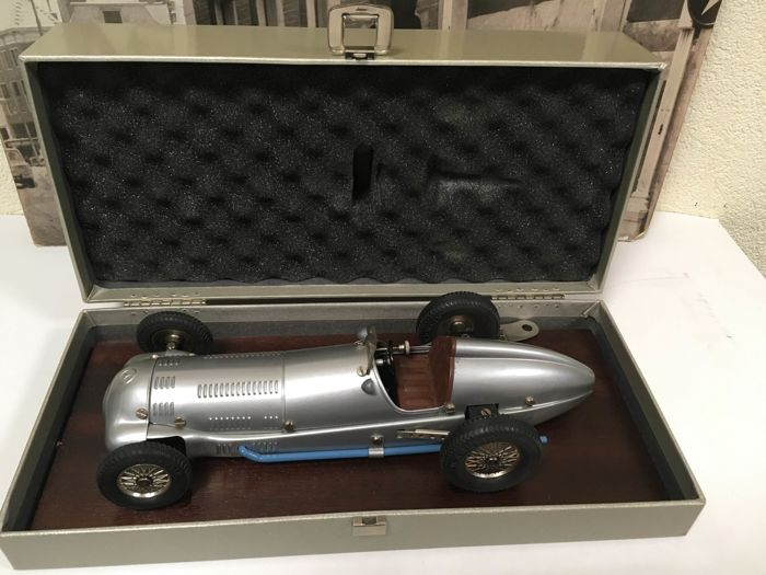 Märklin, Germany - Length approximately 28 cm -Mercedes Silberpfeil W154/38 racing car replica with clockwork motor no. 1097, 1990s