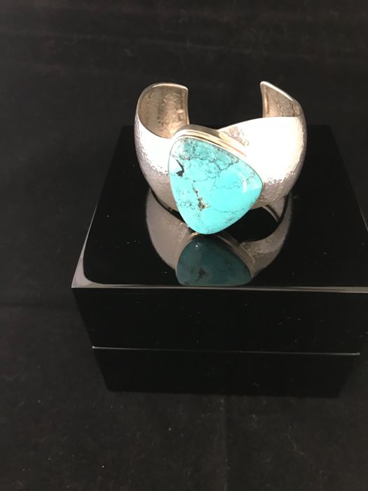 Very nice bracelet with a beautiful turquoise stone, packed in luxurious wooden box.