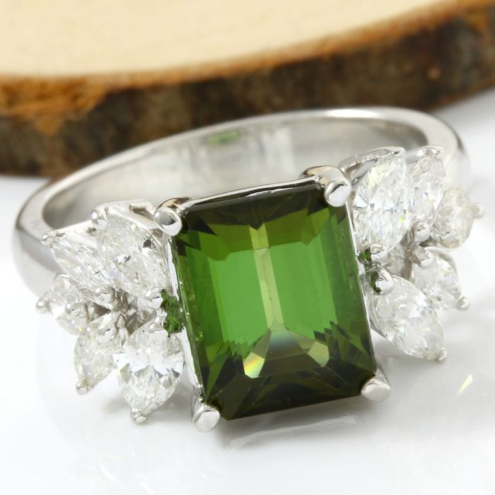 14 kt White Gold 5.50 ct Peridot, 1.25 ct H-I, SI1-SI2 Diamond Ring; Size: 8.25