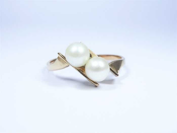 18 kt gold ring of 2,6g set with 2 pearls