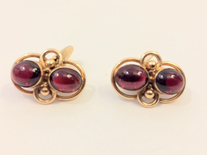 Vintage 14 kt gold cufflinks with cabochon cut garnets, c. 1940