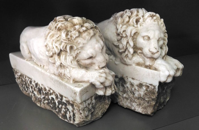 2 lions in marble dust - Italy - 20th/21st century