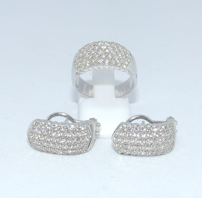 Set of Cocktail ring and Earrings of White Gold with 143 Brilliant cut Diamonds of 3.50 ct. Colour, H-1. Clarity: VS1-VS2.