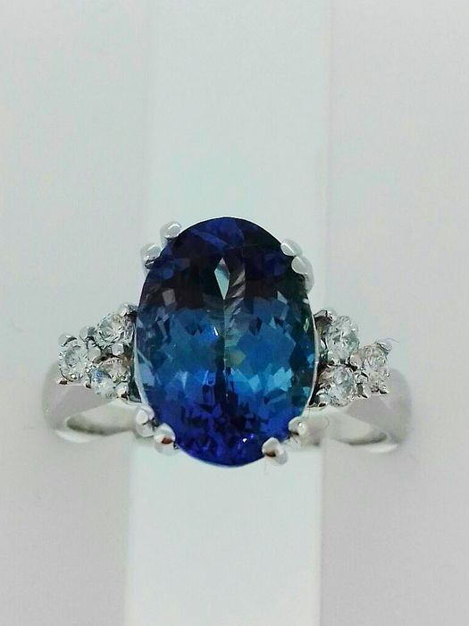 Engagement ring in 18 kt white gold with blueish violet tanzanite of 3.52 ct, IGI certified, and 0.30 ct of diamonds VVS D ***No Reserve***