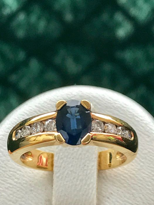 18 kt yellow gold ring set with a blue sapphire and diamonds of 0.36 ct - size 53 / 1.68 mm