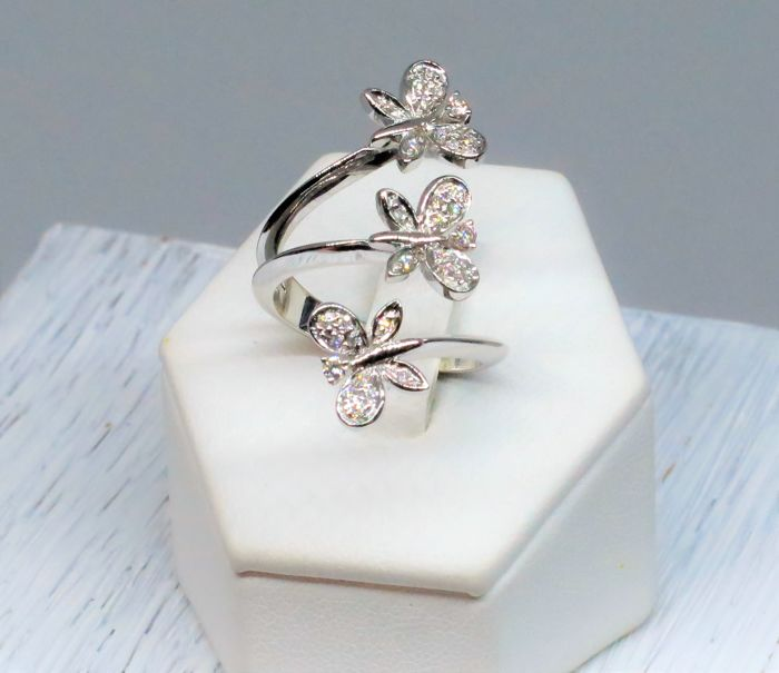 White gold ring with three butterflies - Diamonds for 0.21 ct Size: 16 - Total weight: 7.50 g