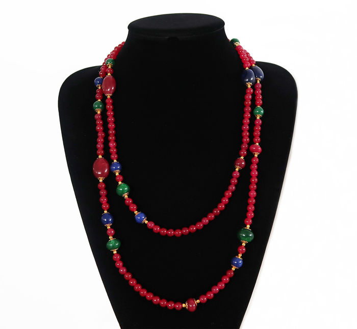 Long necklace of rubies, emeralds and polished sapphires – 555 ct – Total length: 134.3 cm – 14 kt marked clasp