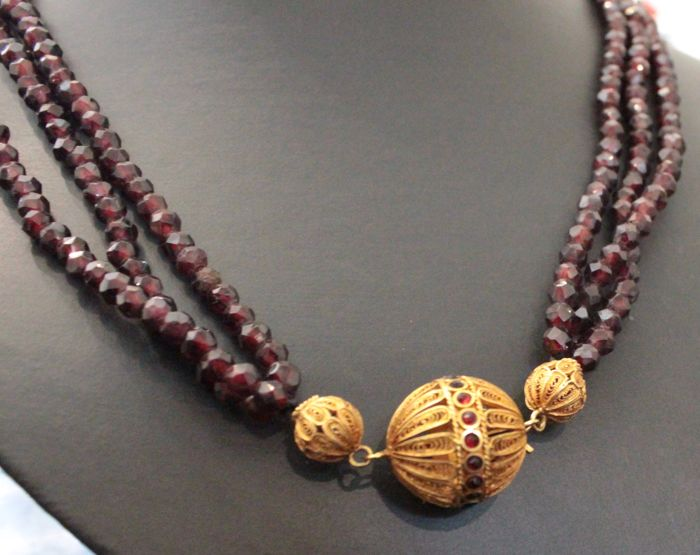 18 karat necklace with garnet and a yellow gold filigree clasp, 52 cm