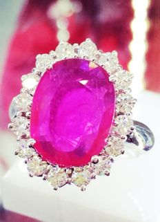 Cocktail ring in 18 kt white gold with 2.1 ct ruby and 0.60 ct of diamonds, VVS E ***No reserve***